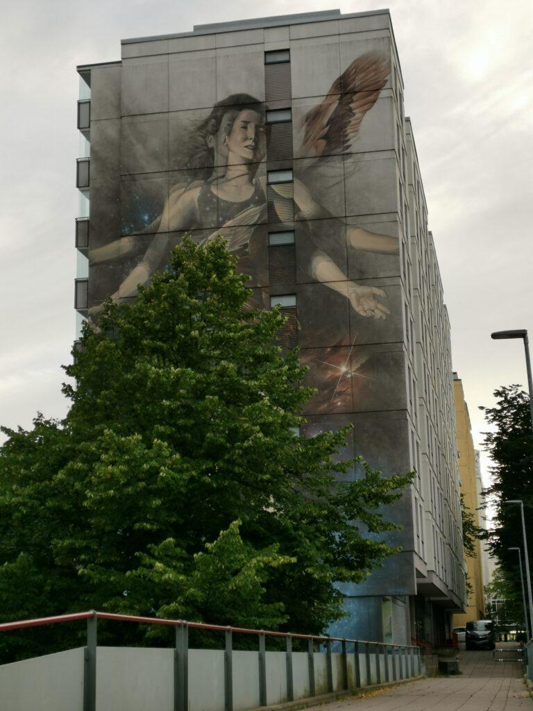 Iso muraali eli seinämaalaus , katutaidetta pasilassa
