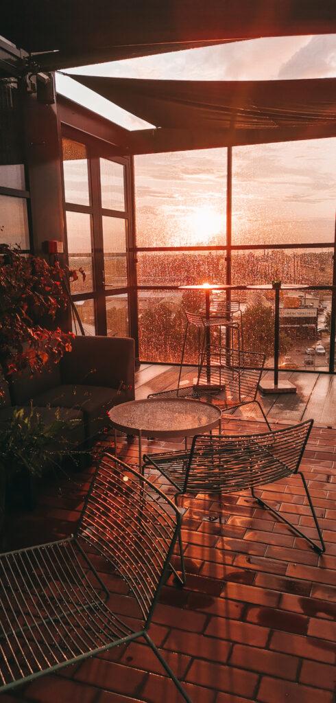 ravintolan terassi auringonlasku vesisateen jälkeen Tallinna Telliskivi